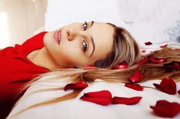 Obrázek Postel plná růží 100 ks